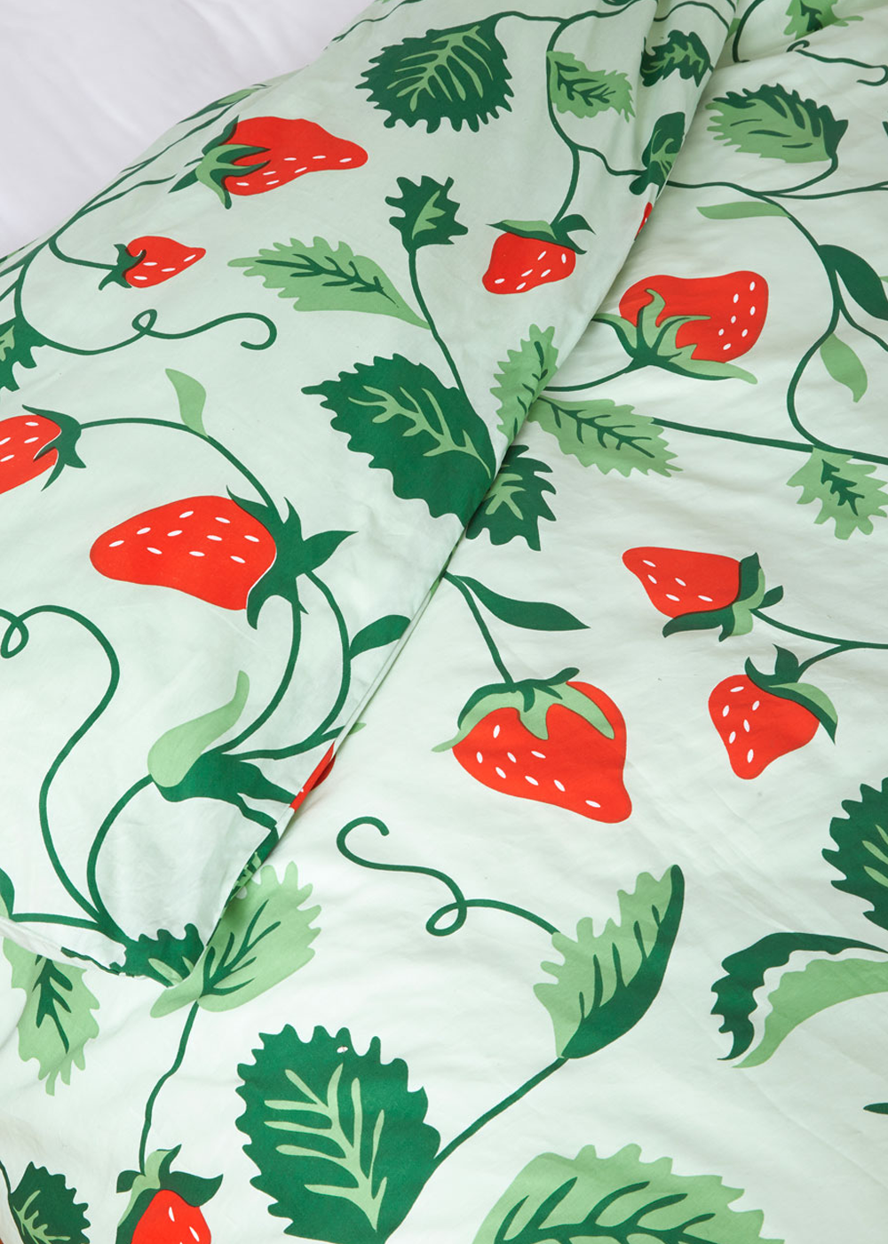 strawberry-fields-bedding/stawberry-fields-bedding-closeup.png